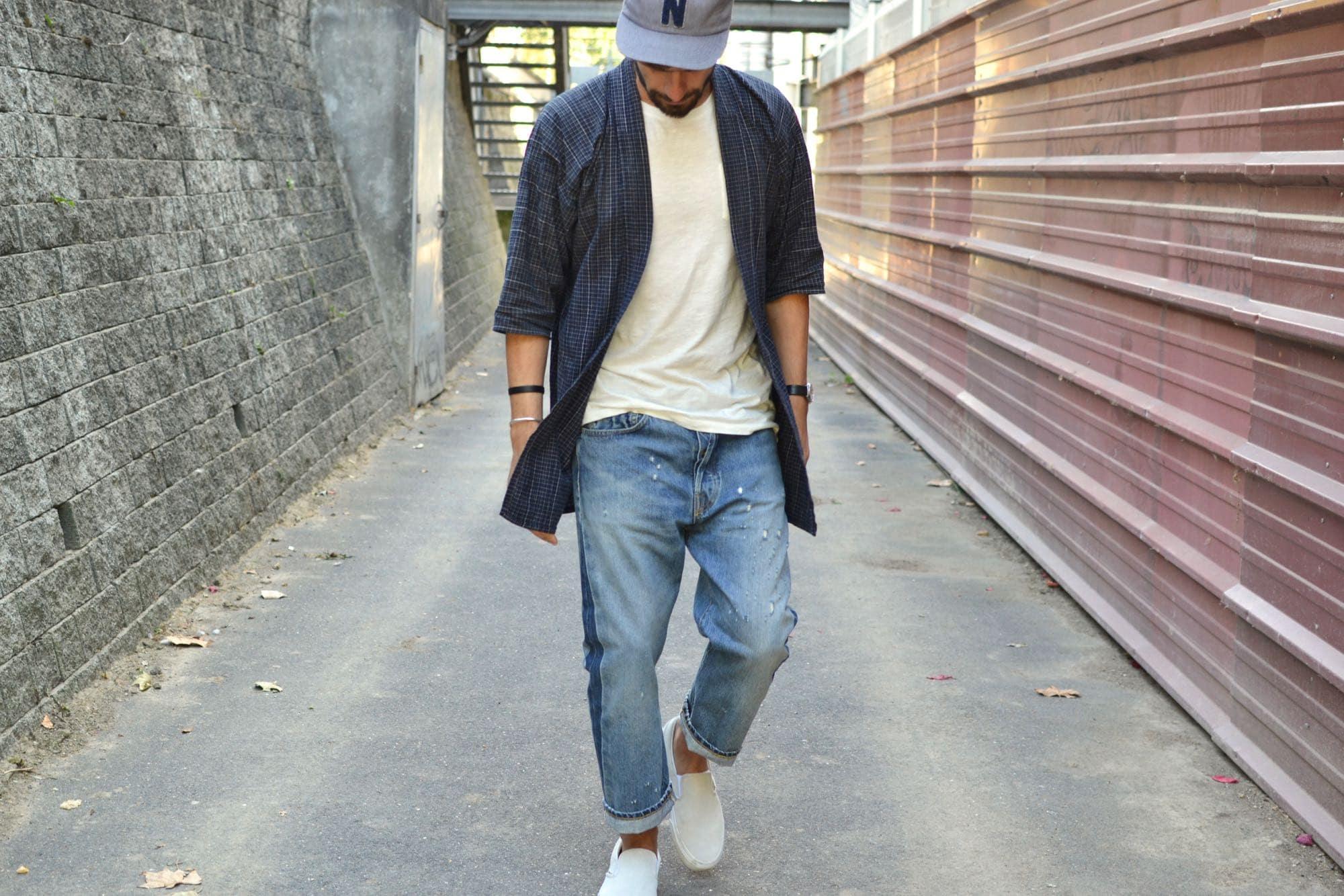 look homme avec une noragi vintage manche 3/4 à l'indigo naturel portée dans un style street workwear casual