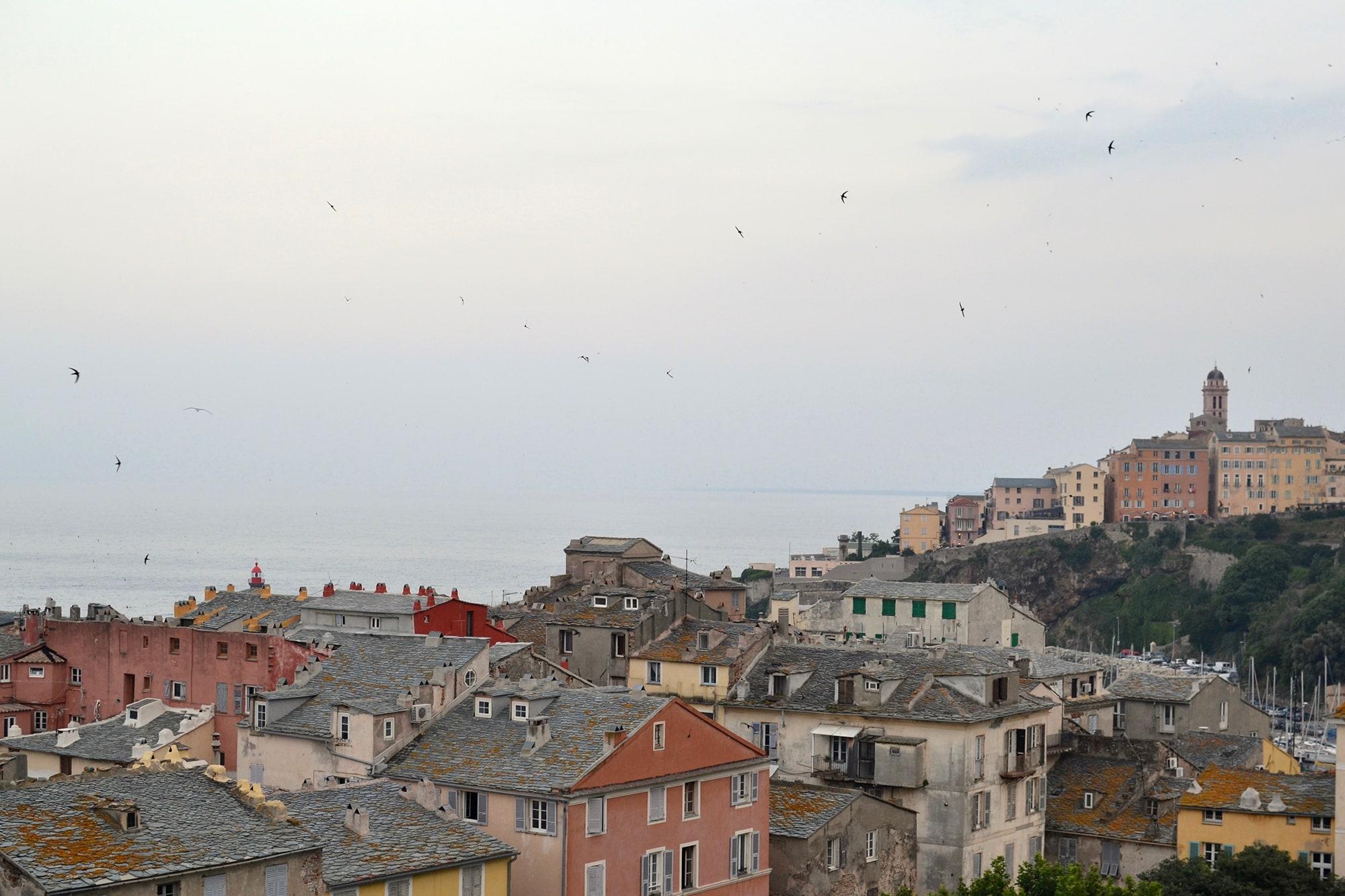 Les toits de Bastia en corse avec ses vieilles batisses