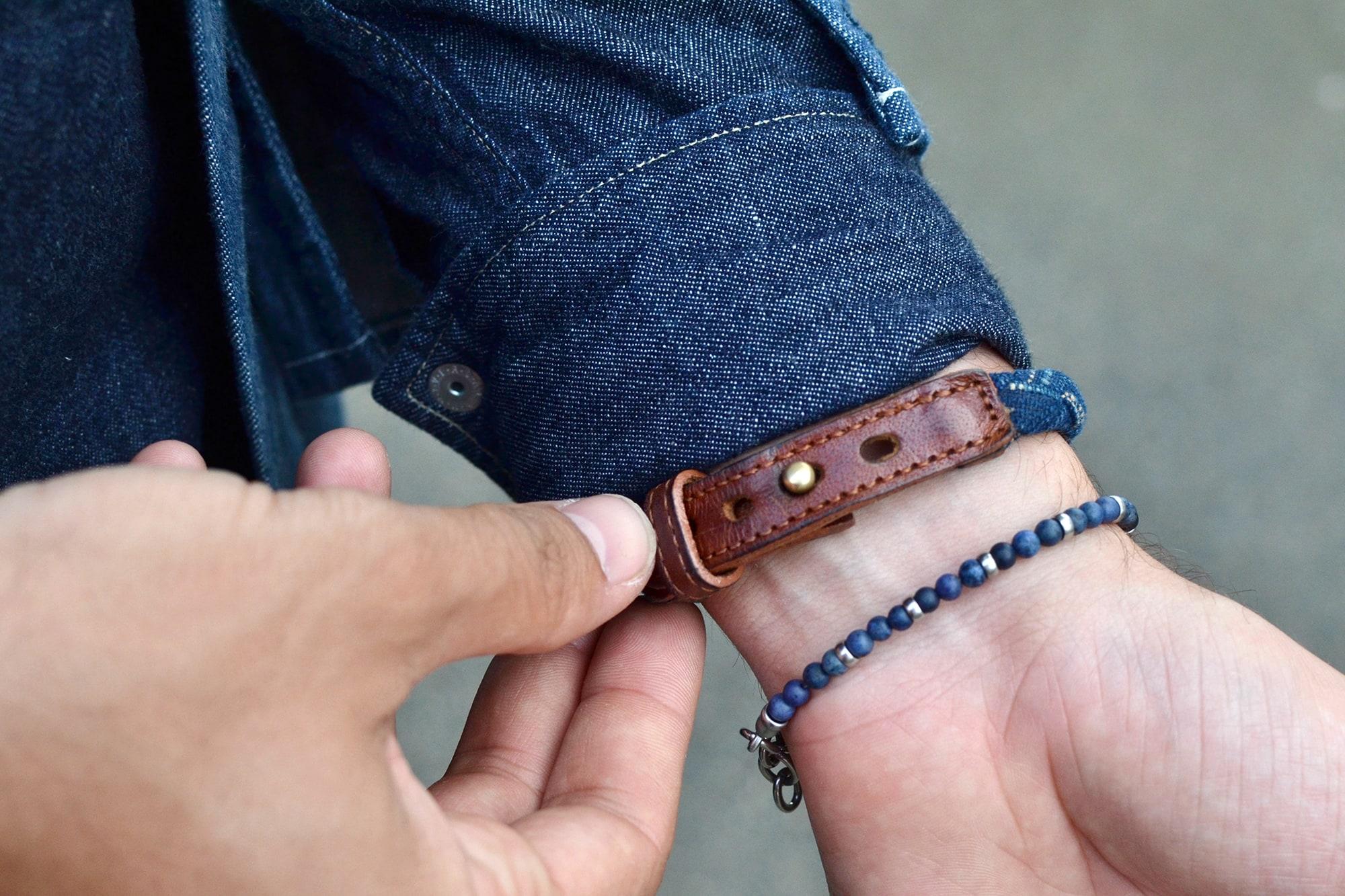 comment porter des bijoux bracelet pour homme avec un jeandDA en indigo tressé et une bracelet de pierre indigo fossil