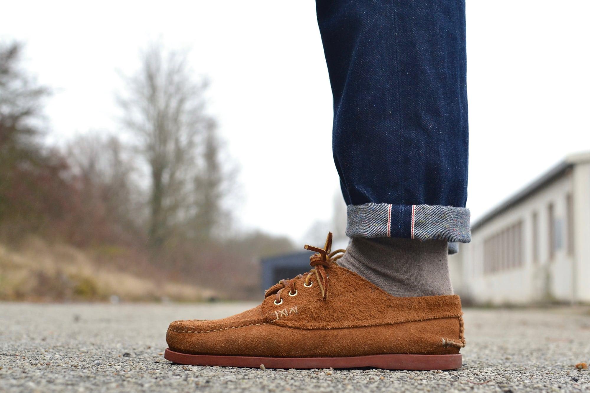 une tenue street heritage avec un jean tapered brut un pull col rond sur une chemise en denim et une veste Visvim Achse et des yuketen native shoes