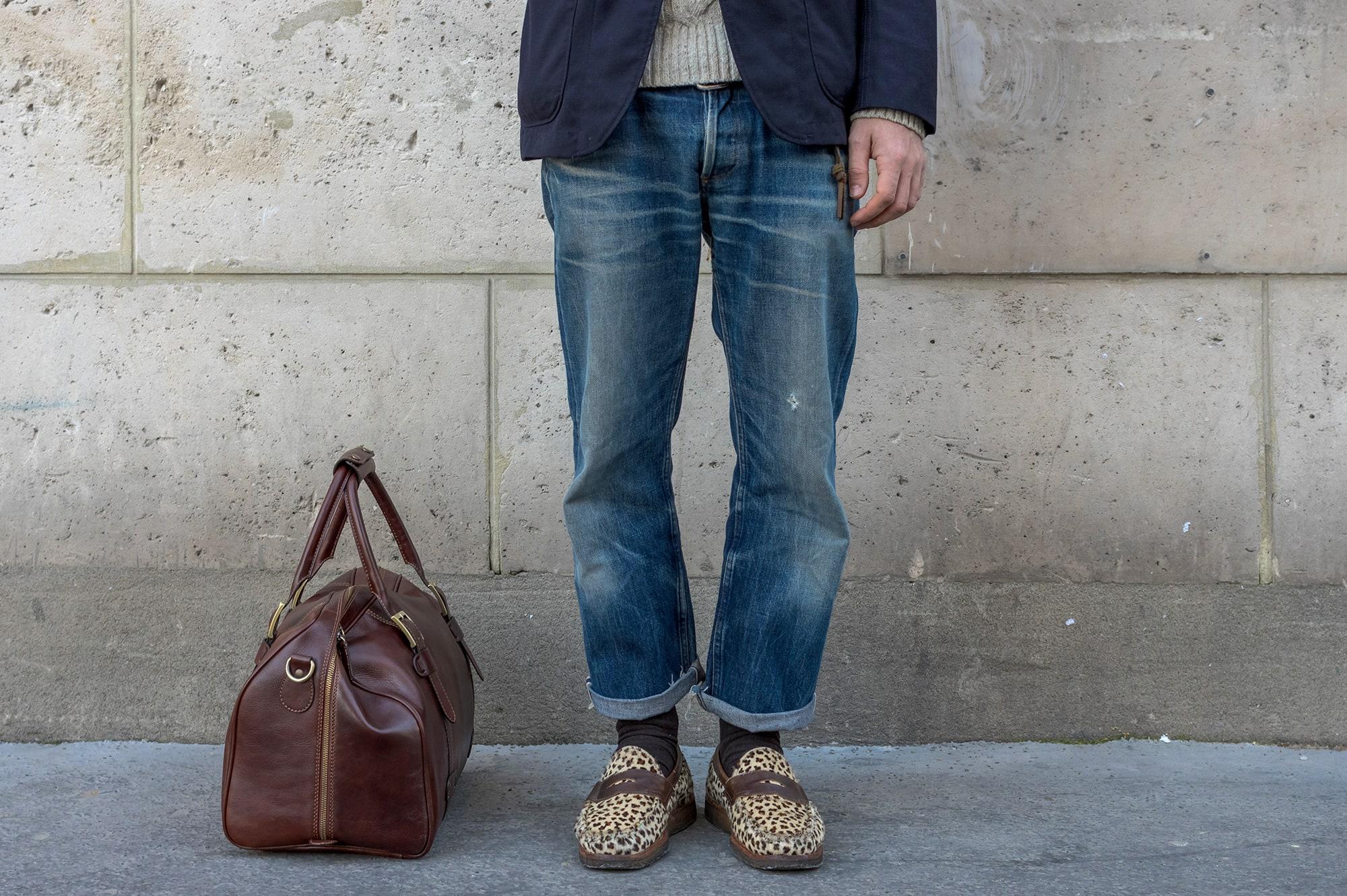 tenue d'inspiration japonaise avec des volumes plus amples : jeans droit et court, dy layering et une touche d'exotisme aevc une paire de loafer Yuketen en imprimé léopard
