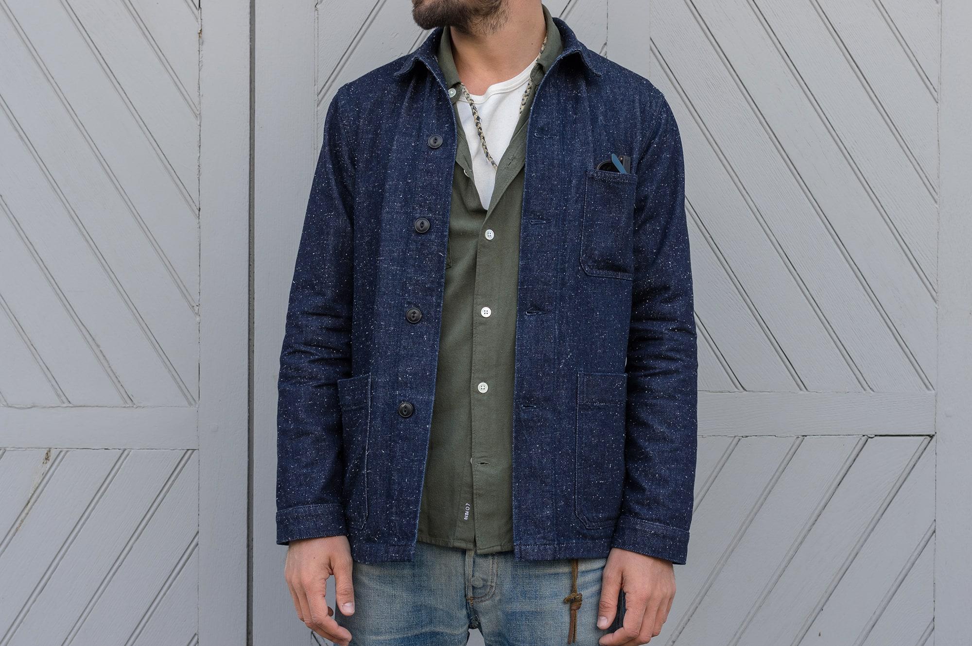 comme porter une veste en jean avec un layering olive et blanc cassé