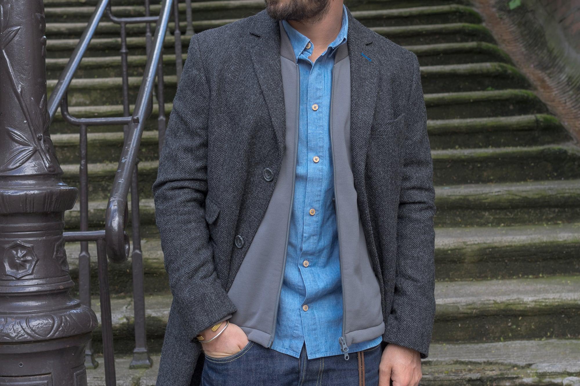 comme porter une chemise en chambray dans un style casual chic l'hiver avec un manteau en laine tweed et conseil style masculin et ajouter un bomber technique bonne gueule