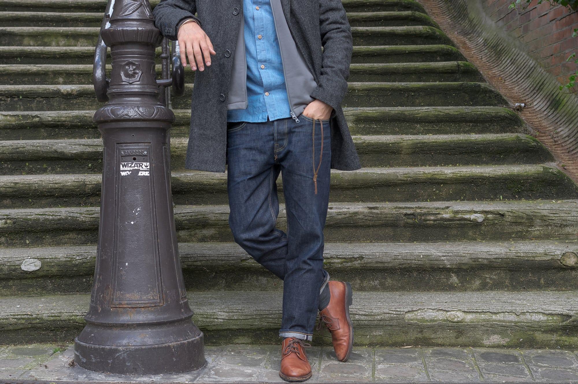 idée et conseil pour porter un jean brut de coupe tapered dans un style masculin homme avec un jean phi denim iki - blog mode borasification et bomber technique bonne gueule