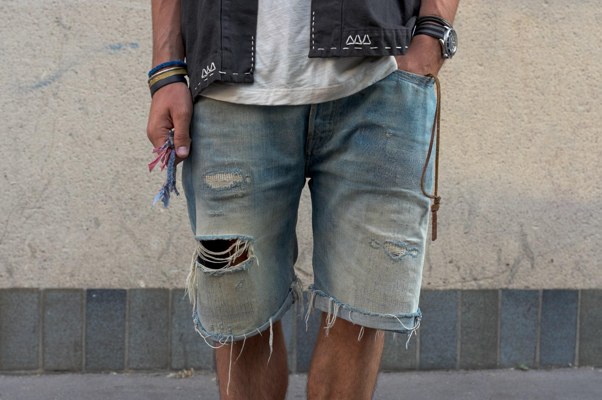 Comment porter un short en jean large droit dans une tenue style homme pour l'été