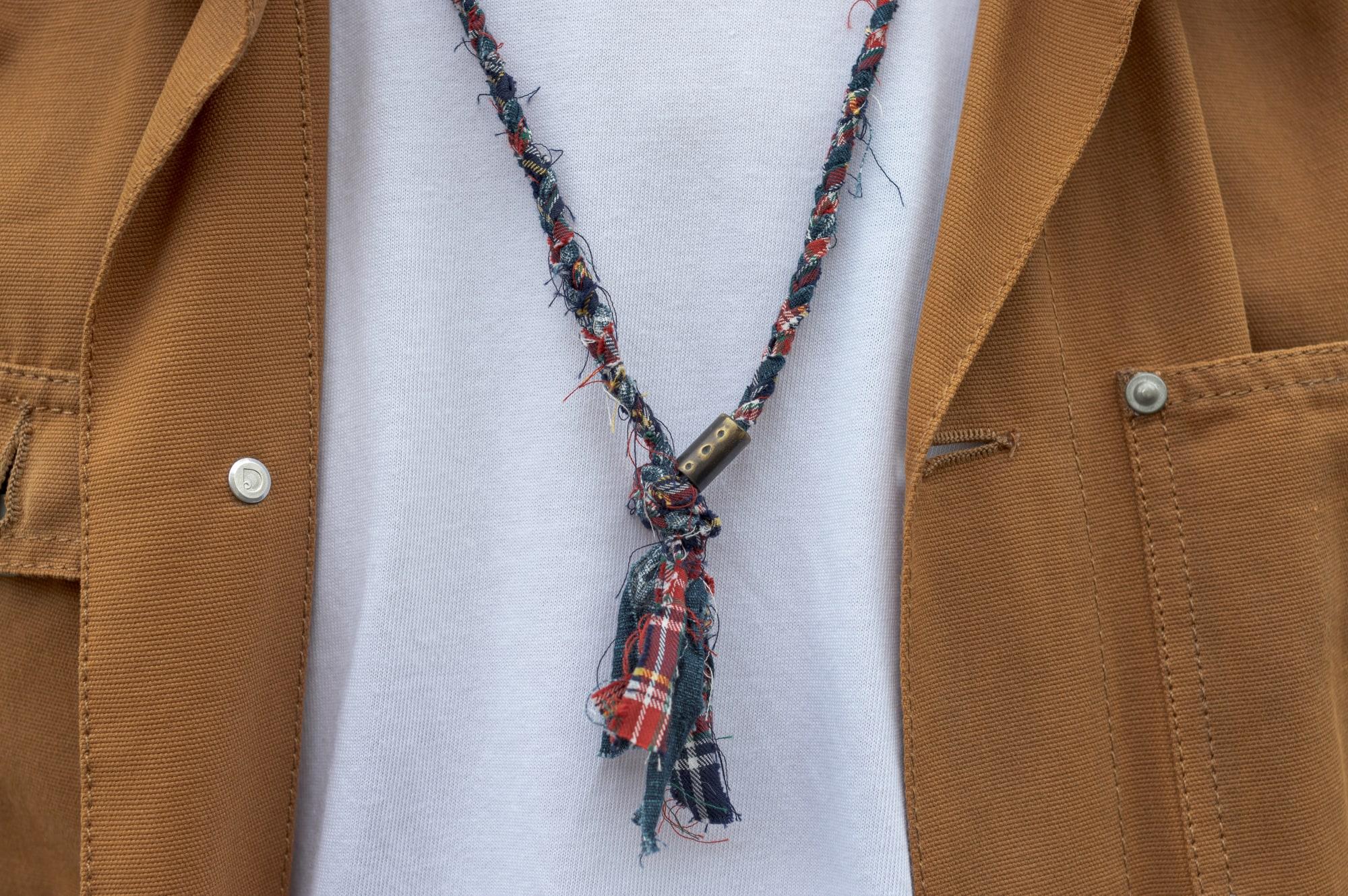 tenue style street heritage workwear d'inspiration japonaise avec une chire jacket michigan Carhartt, un tee Gustin, un jean pure blue japan et des german army trainers de chez adidas et un collier tressé pour homme Borali