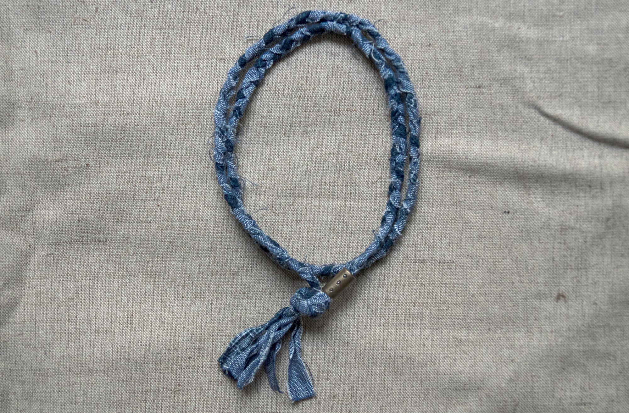 collier Borali en tissu tressé - woven neclace from upcycling fabrics - japanese cotton mixed with blue linen - hand made in France