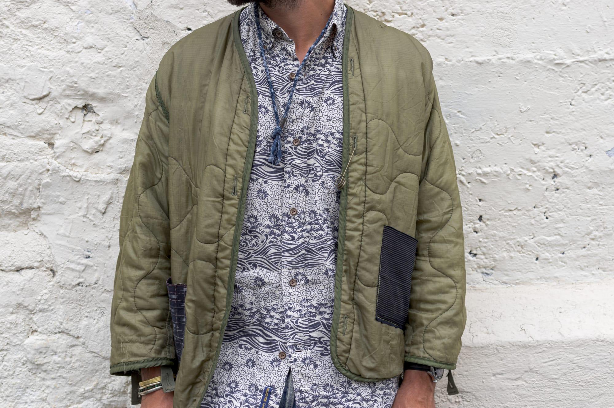 tenue style street heritage workwear d'inspiration militaire avec un liner de M65 customisé par Gaijin, une chemise à manche courte sugar cane, un jean apc et des mocassin gh bass x universal works et un collier tressé pour homme Borali