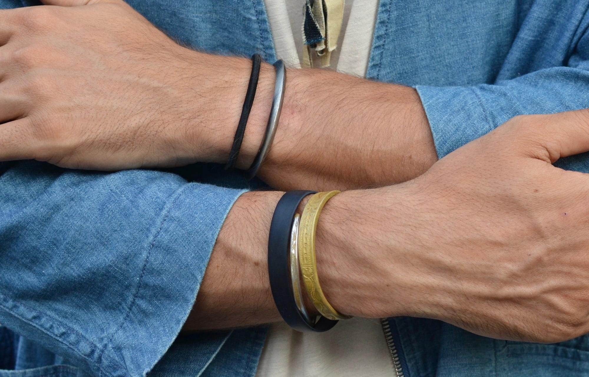 porter des acessoires pour homme dans un style masculin idée de bracelet ethnique collier tressé en tissus borali et bracelet en jonc ou acier conseil et comment les porter