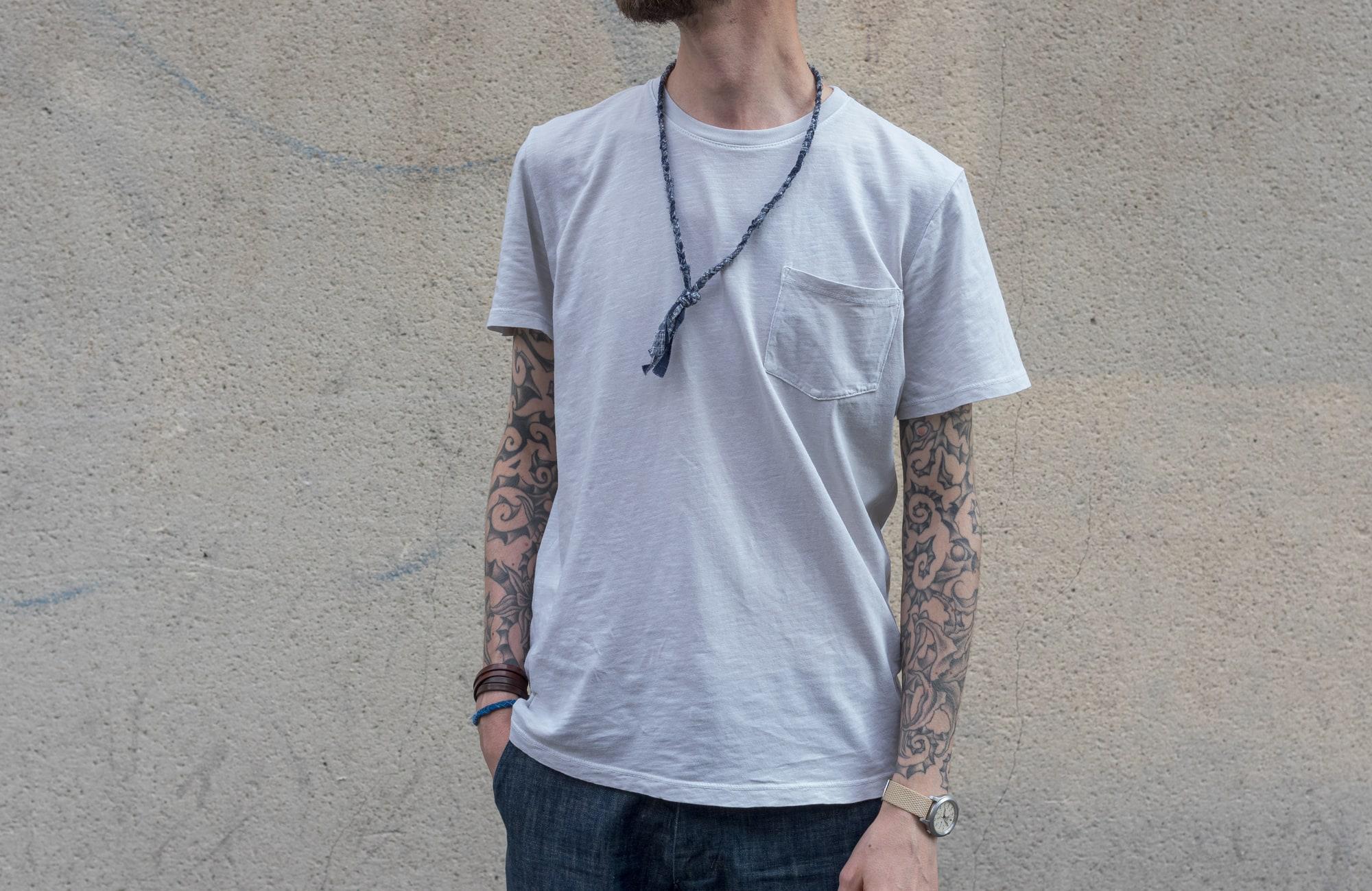 tenue style street heritage workwear d'inspiration militaire avec tee shirt gustin et cargo pants orslow et un collier tressé pour homme Borali