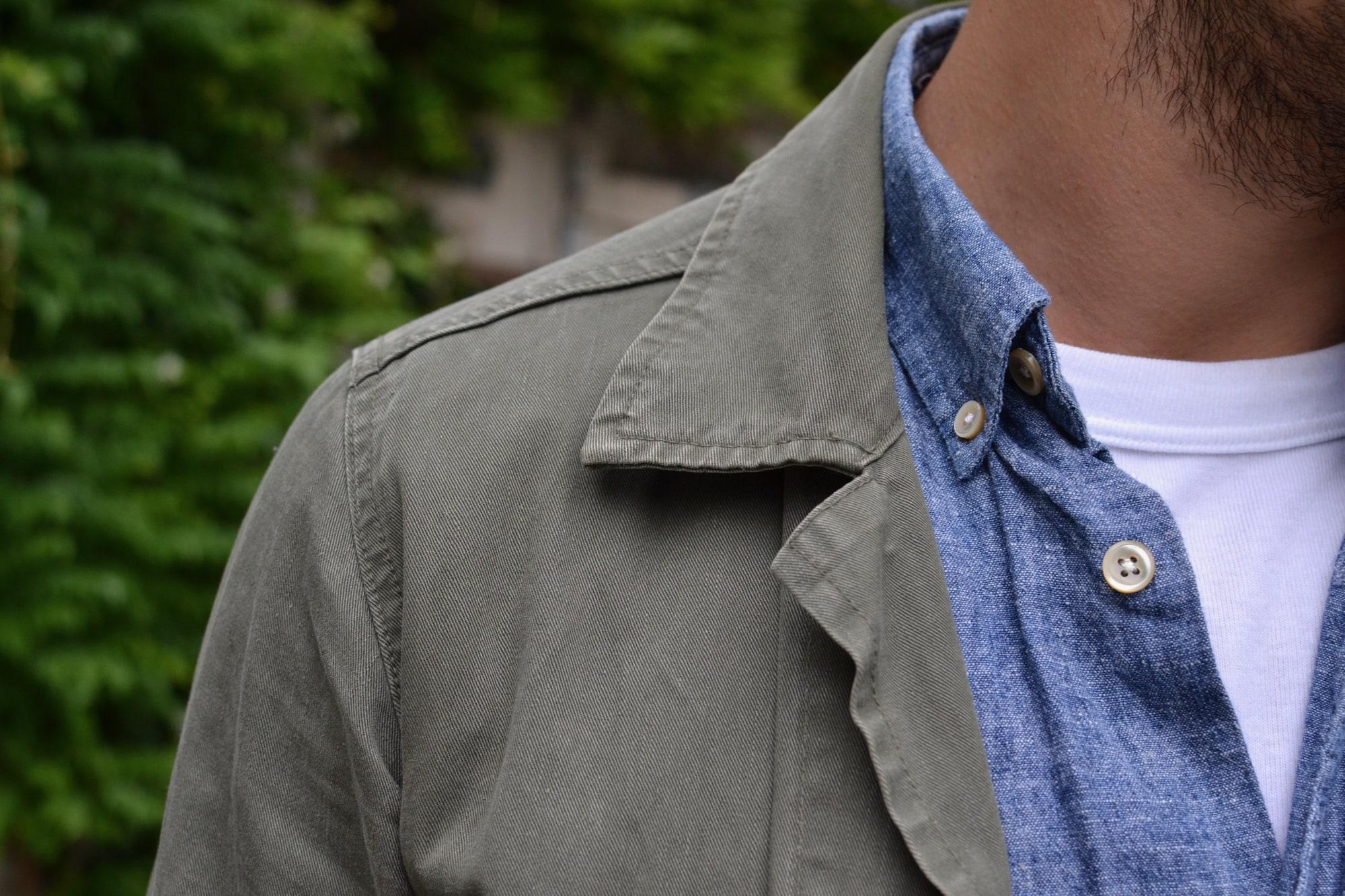 une tenue style street heritage avec un jean tapered phi denim une visvim kilgore jacket et une chemise en chambray indigo. portés avec des sneakers standard fair Sport camp en honey en cuir naturel