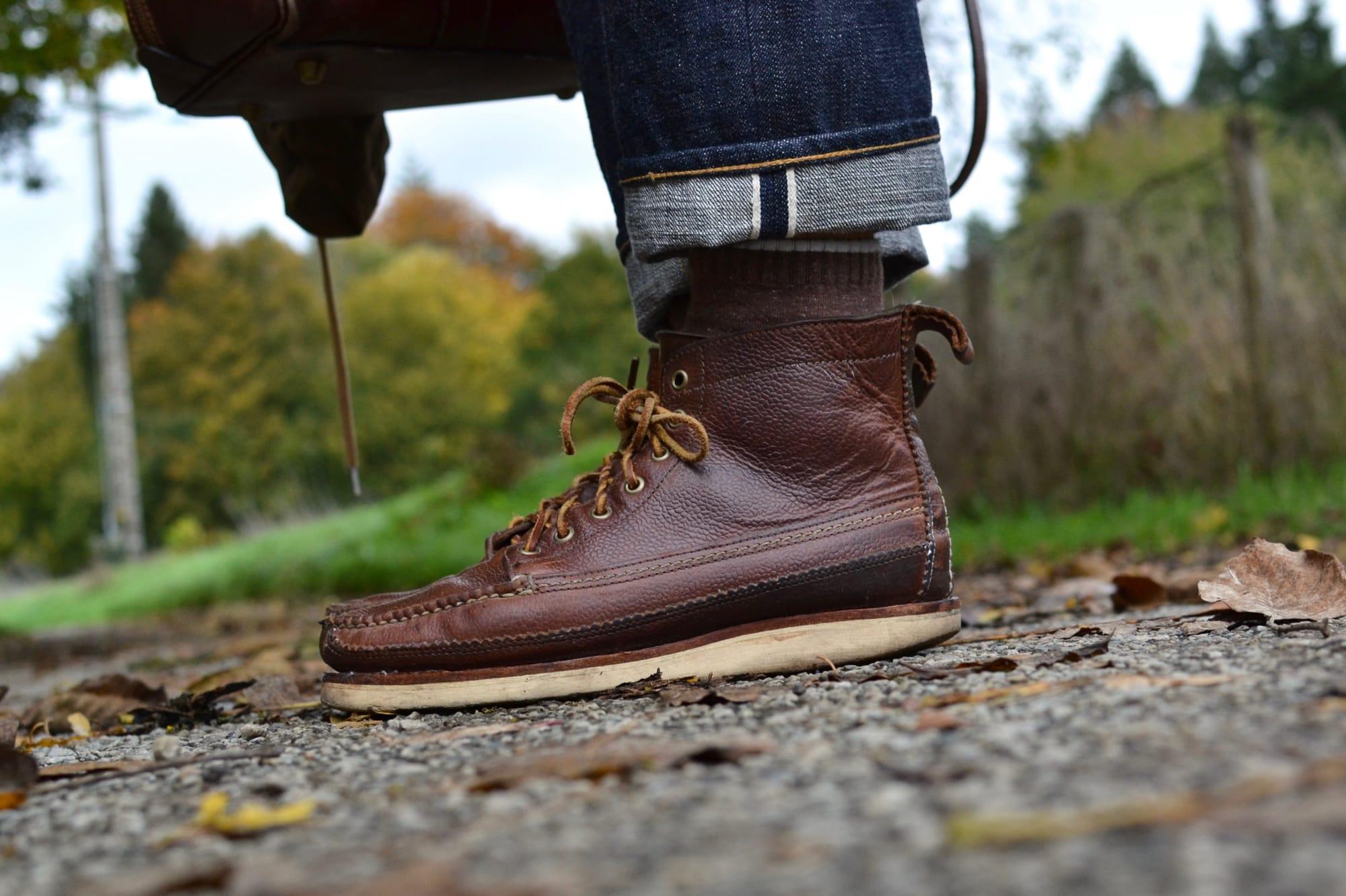 comment porter un jean brut selvedge 16oz comme le Phi denim dans un style street heritage workwear et à associer avec des Yuketen Main Guide en cuir marron boots à vibram soles