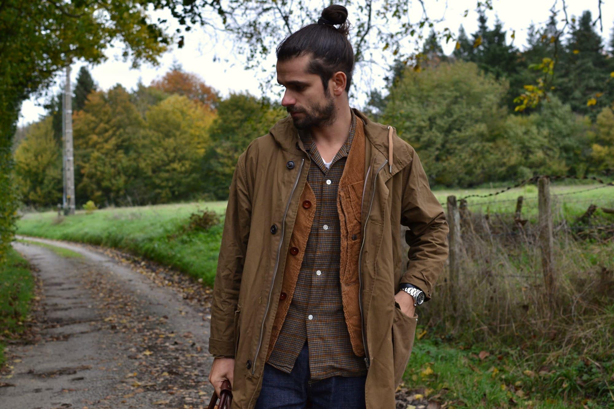 Tenue style street heritage workwear avec un jean brut selvedge en 16oz et une tenue où se mélange velours marron, motif pieds de poule et cuir végétal avec des labels comme Engineered Gamrents Phi denim ou encore Beals+ et Yuketen