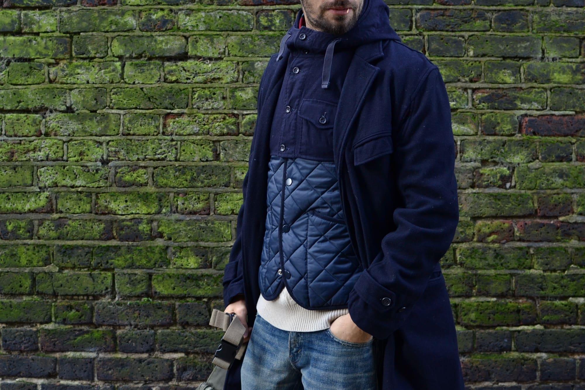 idée de tenue avec bon plan trouvé friperie à londre et une tenue street heritage workwear avec engineered garments chest navy wool coat shoulder hoood uniform serfe and fanny pack ripstop olive et une gilet vest quilted benetton façon vintage barbour, un denim tapered and des clarks wallabees hike boots