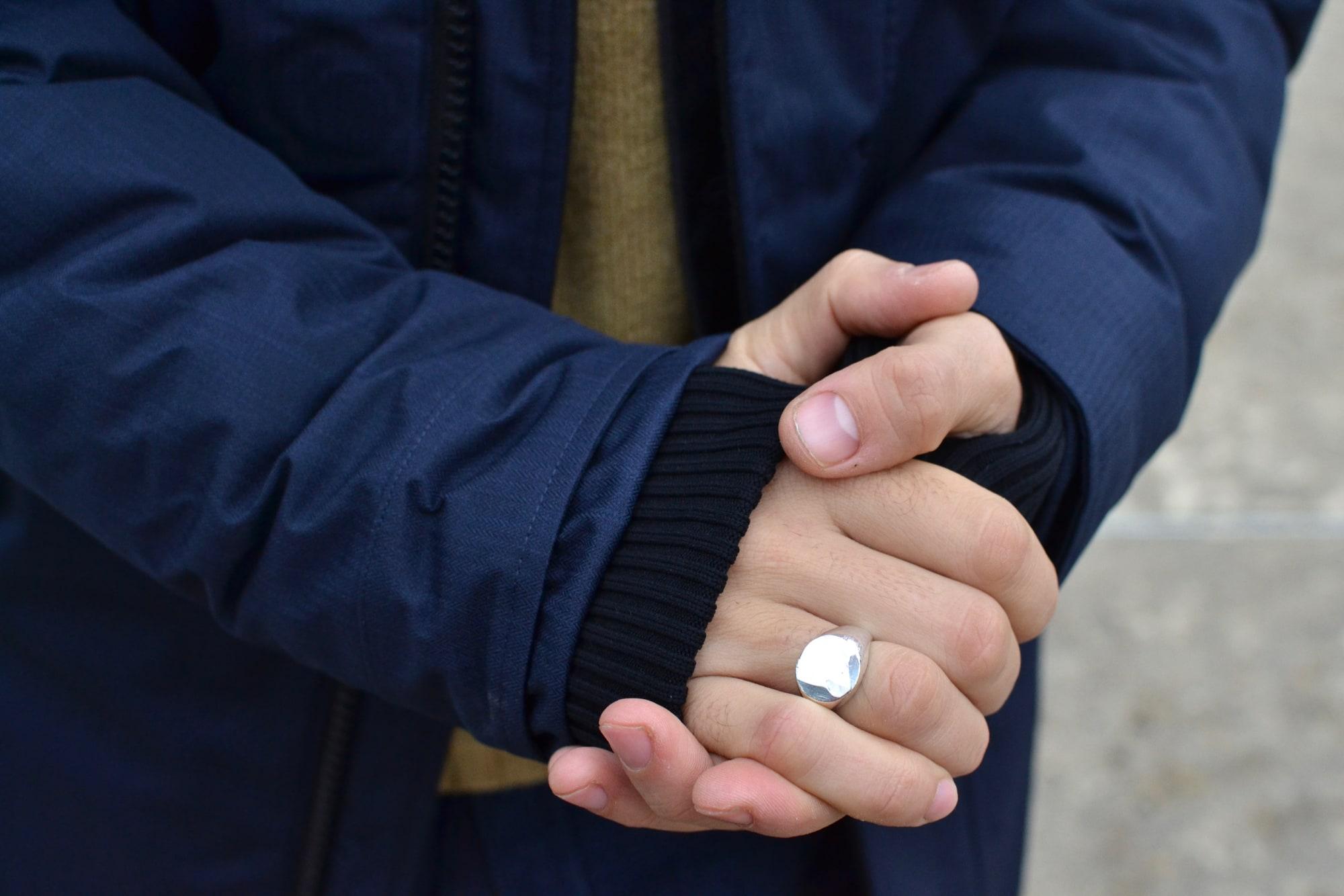 accessoire pour homme et style masculin avec une chevalière bague faite à la main à Paris en argent massif gilbert gilbert