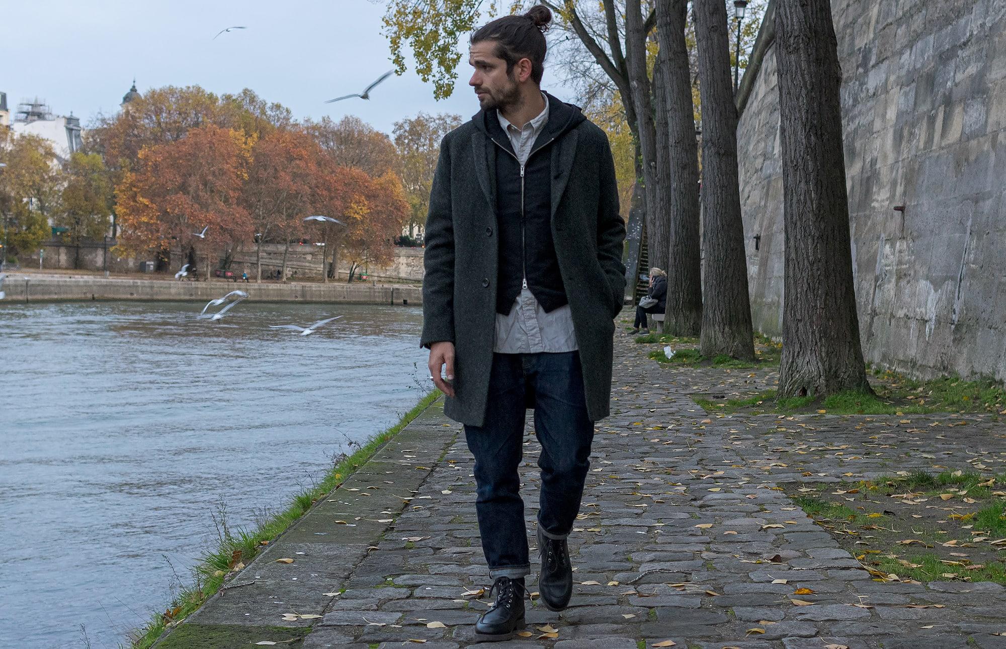 tenue style street heritage homme avec manteau drapeau noir en laine à chevrons et gilet engineered garments et chemise woolrich woolens millsby daiki suzuki et un jean phi denim tapered iki