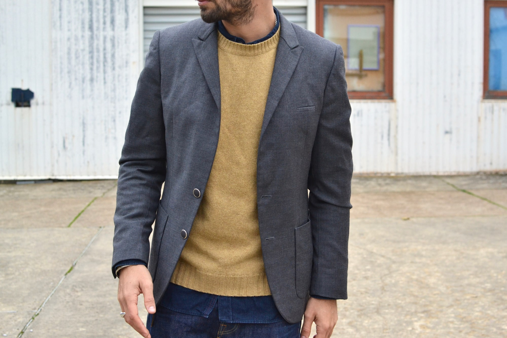 style casual chic et détails de matières, couleurs et textures avec ce blazer en laine grise, ce pull shetland jaune et une touche de coton indigo