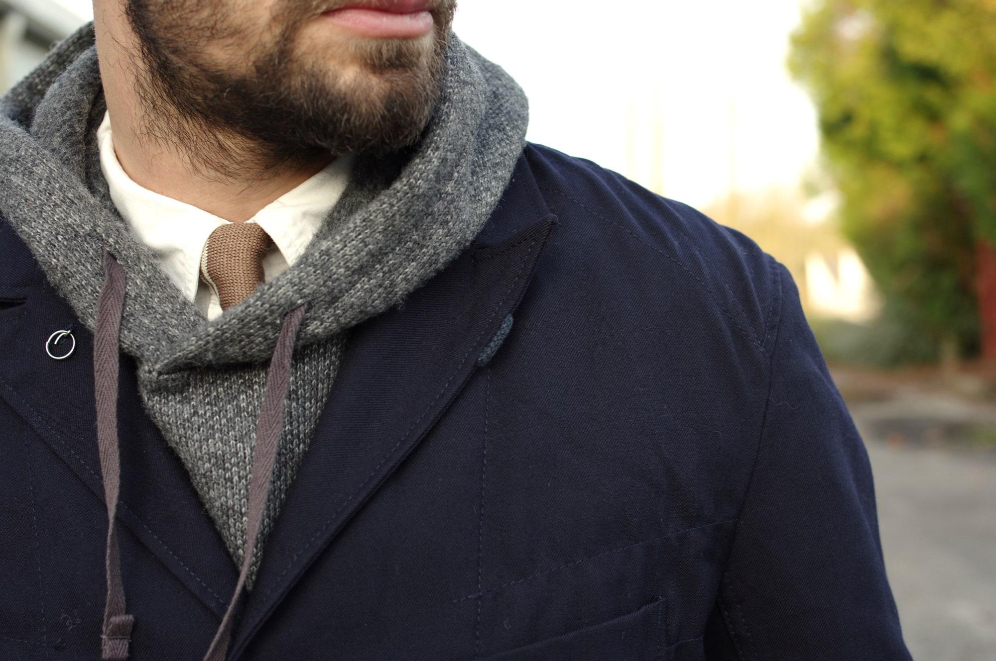 Tenue workwear élégant style street heritage avec une bedford jacket Engineered Garments et un interliner en wool grey portés avec une chemose worker blanche orslow et une cravatte en laine tricot. Et bien sûrwick pants Kestin Hare