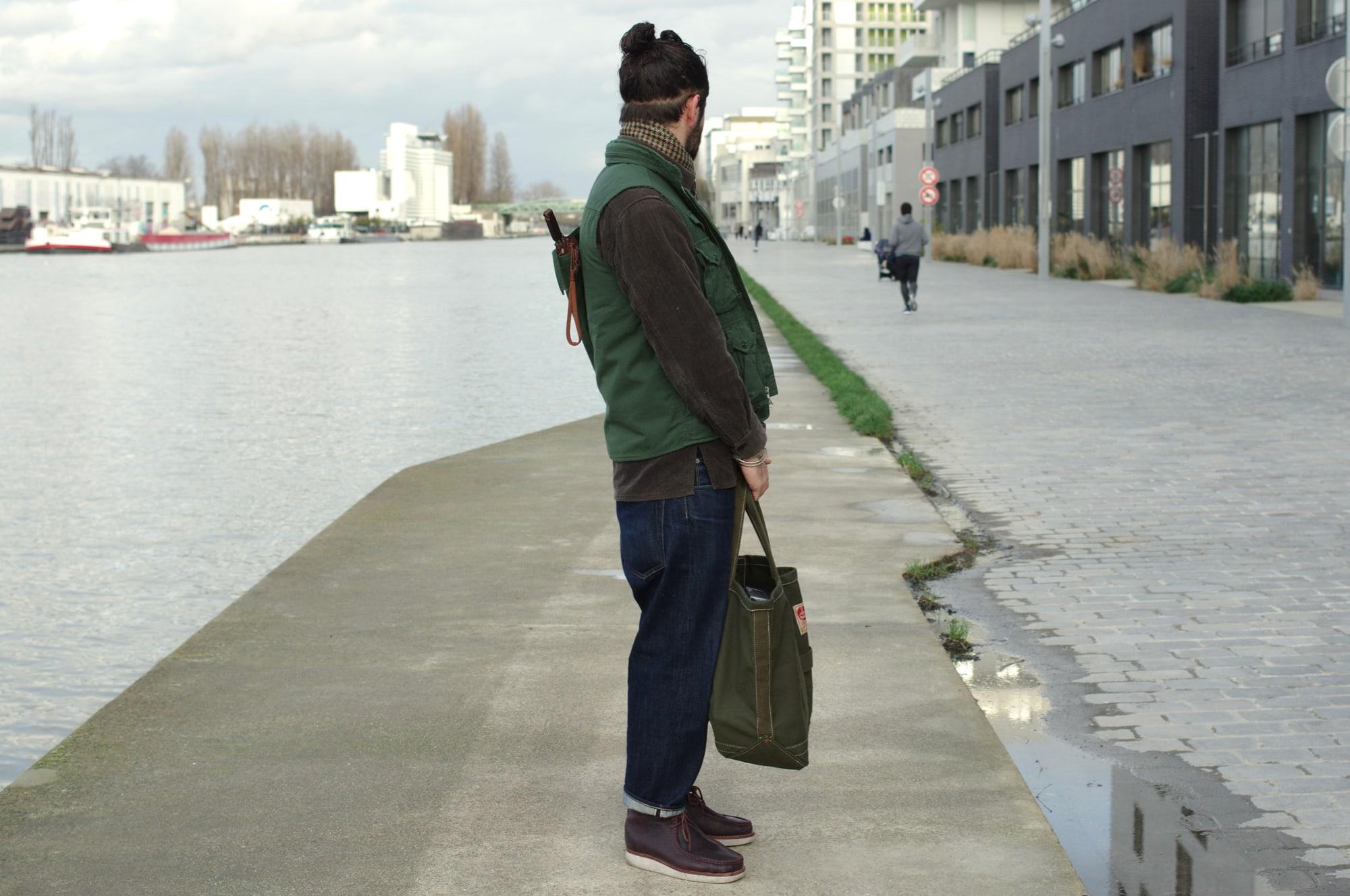parapluie pour homme Tenue workwear style street heritage avec un gilet de photographe un jean wide tapered et une surchemise - la fameuse Photographer vest de Engineered Garments