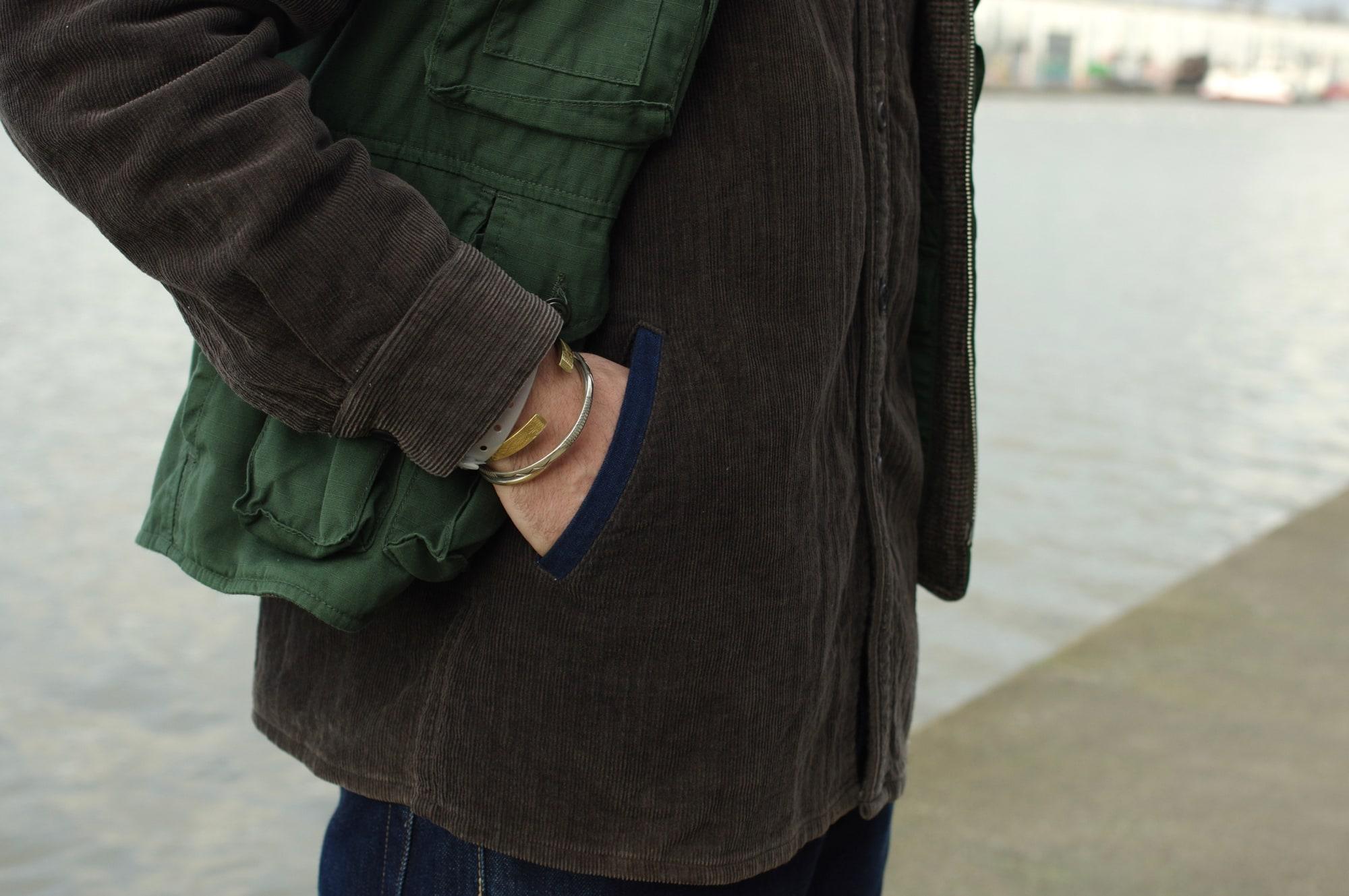 Comment porter une surchemise dans un style homme masculin workwear avec cette chemise en velours BLue Blue Japan en olive et indigo naturel