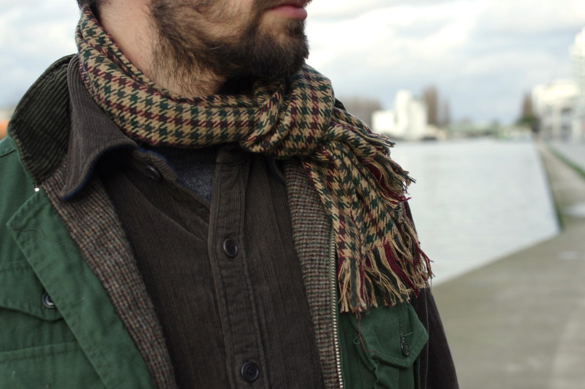 comment porter une echarpe pour homme motif vintage pied de poule dans un style homme masculin workwear