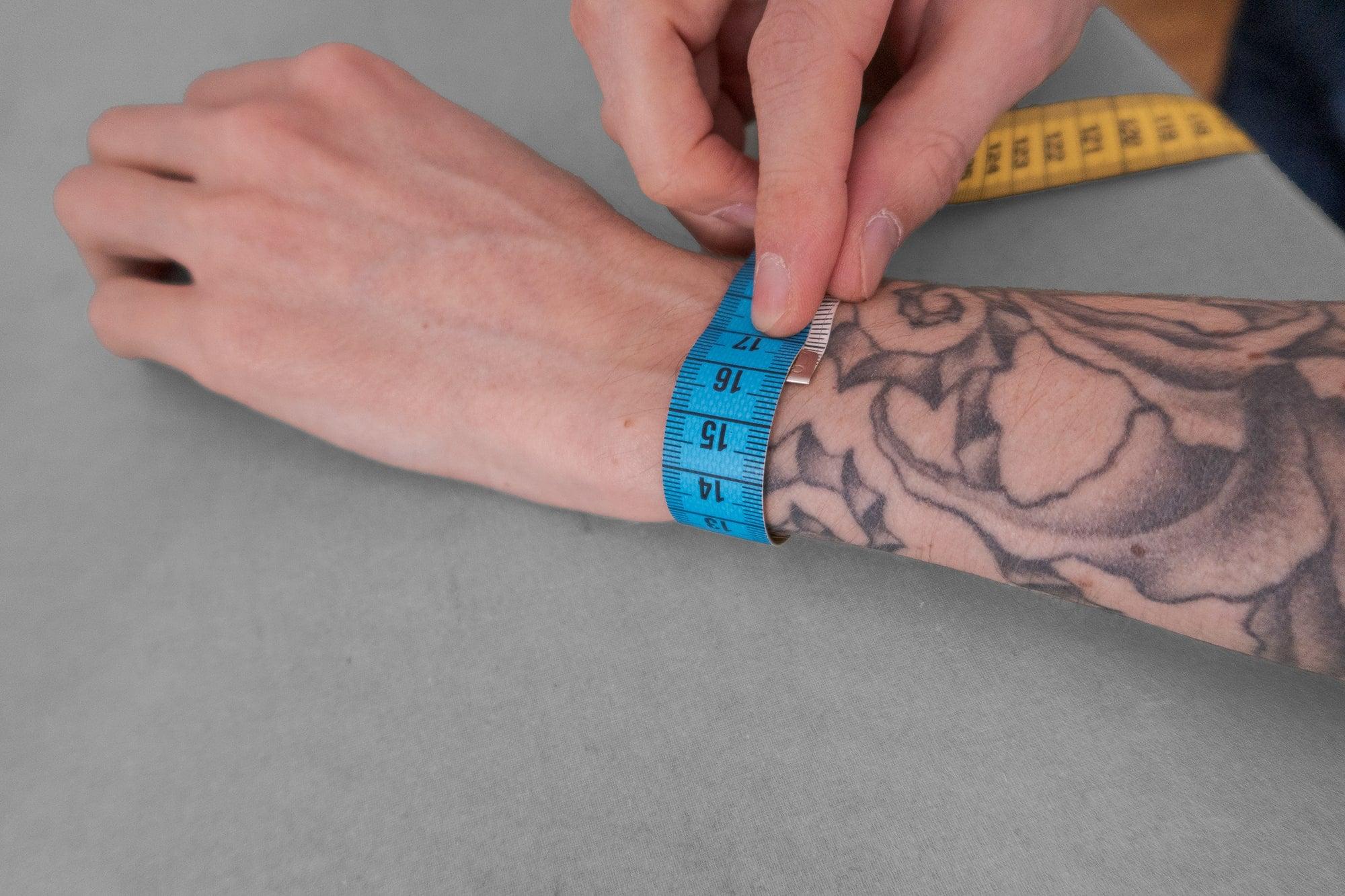 Voici comment mesurer le tour de ton poignet