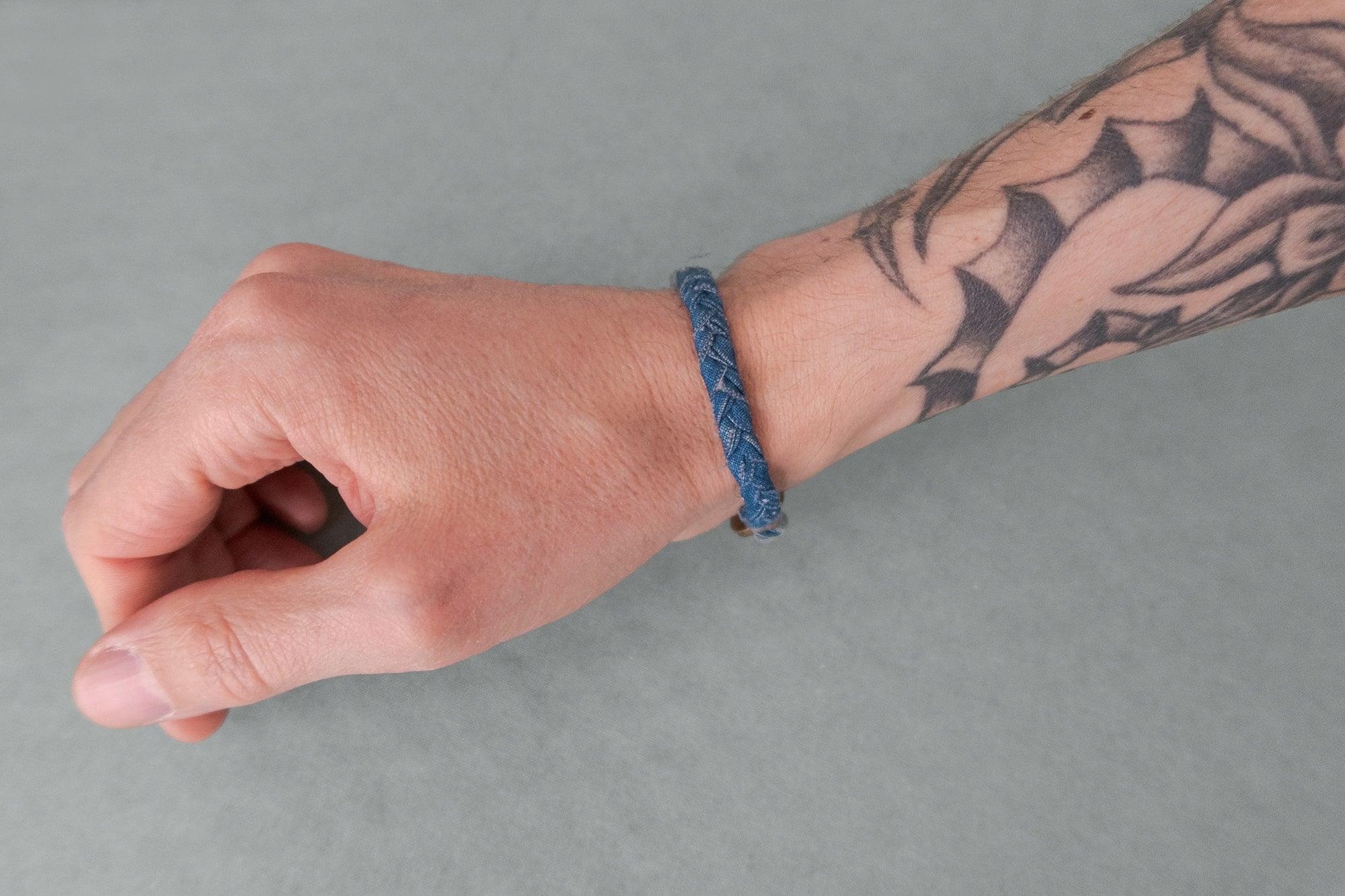 Voici le bracelet porté au poignet avec la taille parfaite