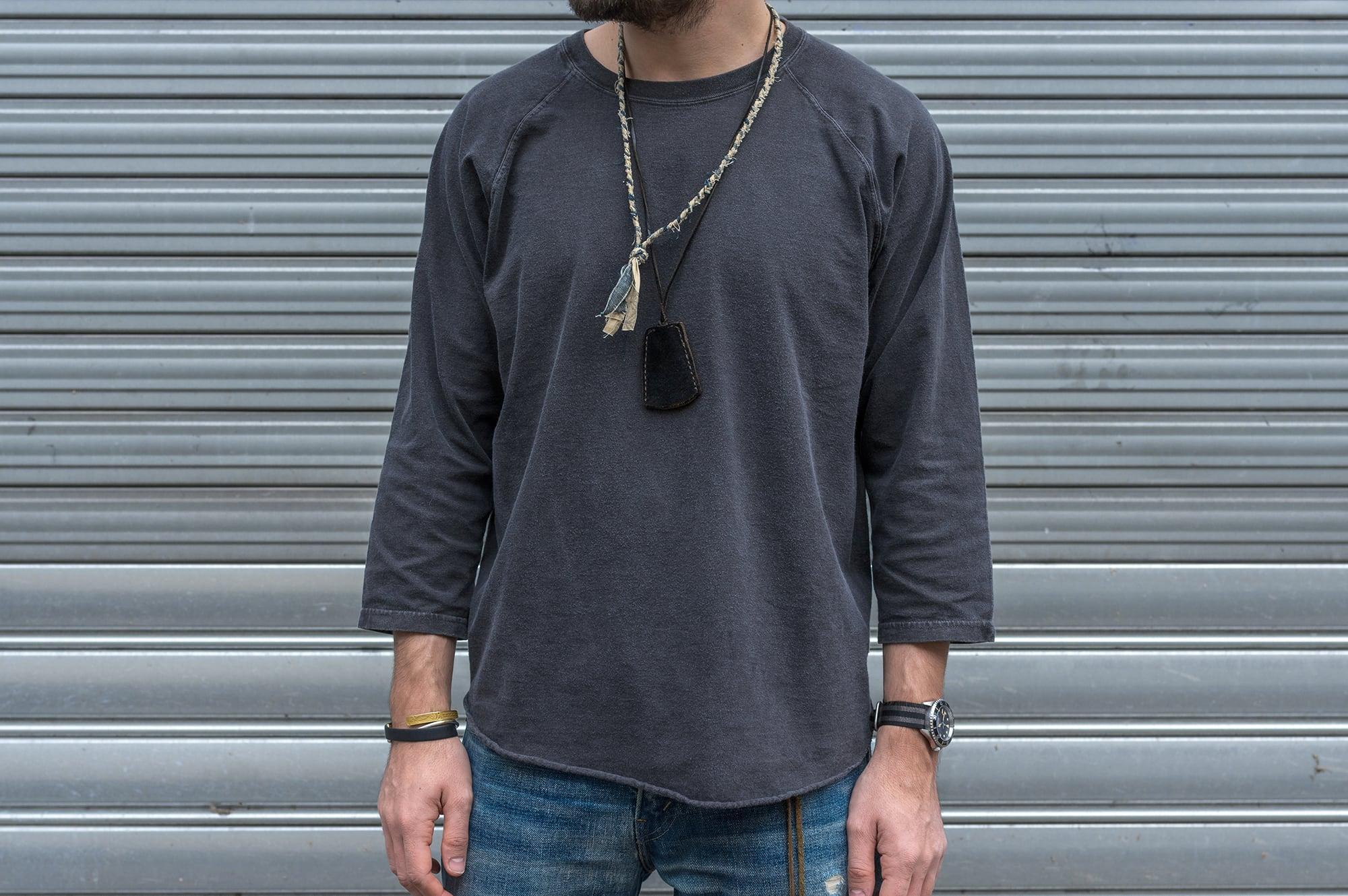 tee shirt manche trois good on en coton teinté à la main et colier Borali upcycling en tssus tressé recyclé et cloch en cuir laperruque
