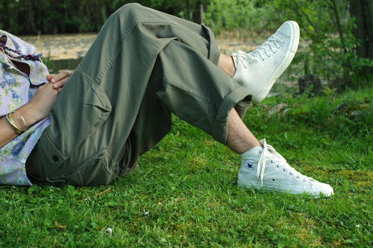 comment porter un pantalon ample et des converse 1970 dans un style homme l'été