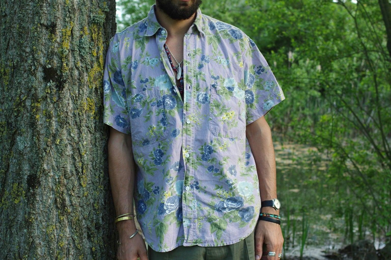 comment porter une chemisette à fleurs dans un looks homme style workwear l'été
