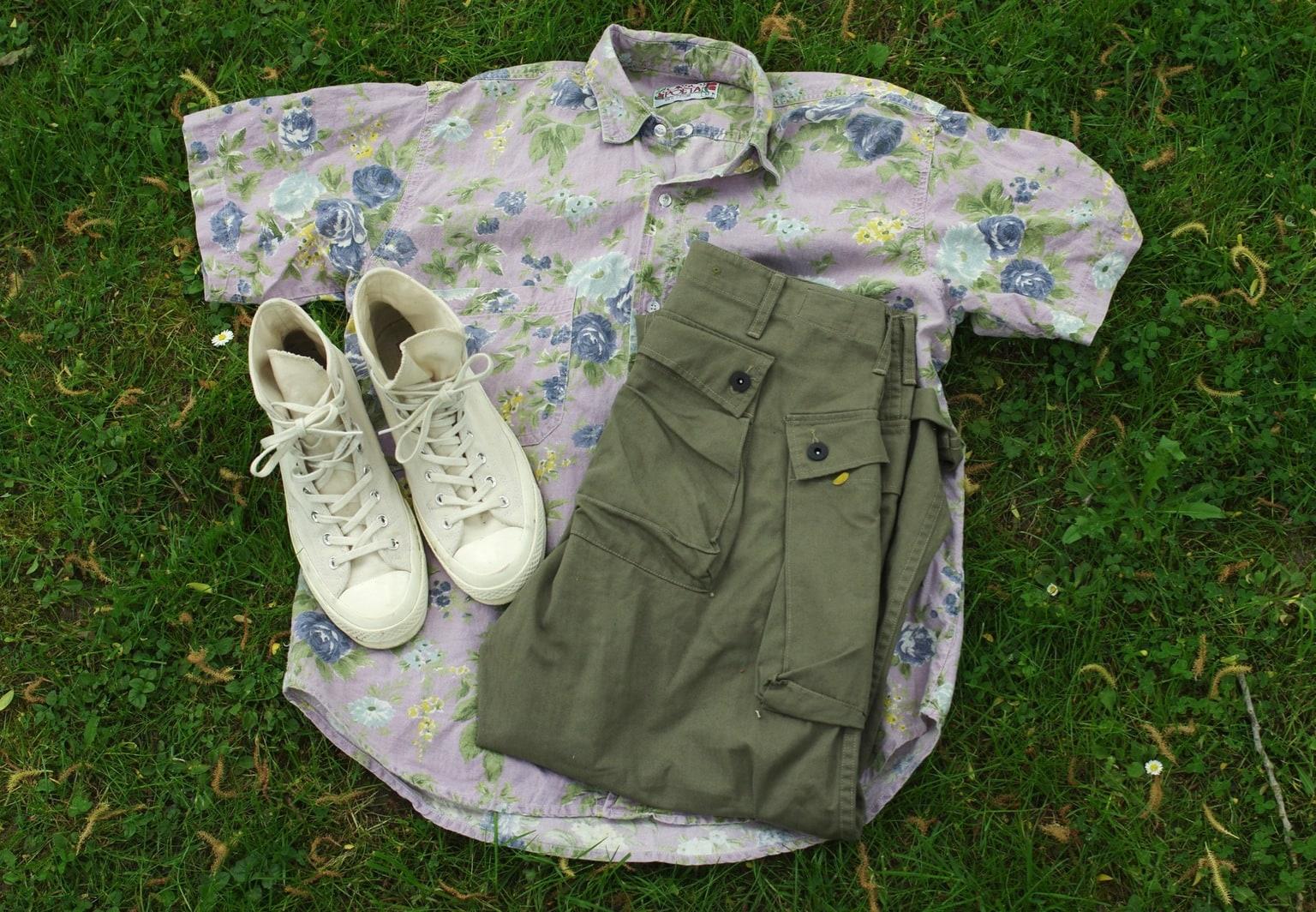 idée de couleurs pour porter un cargo pant olive et une chemisette à fleur