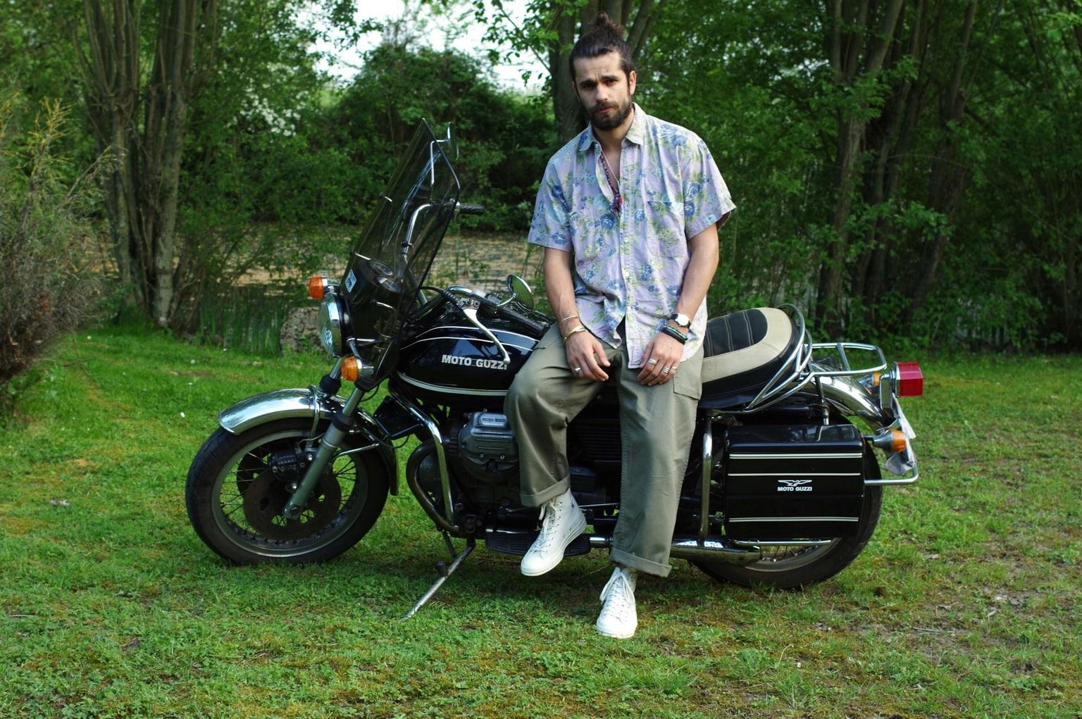 ceici n'est pas un conseil pour comment s'hbaillerquand on fait de la moto - c'est une moto Guzzi 850 T3 California, une routarde que mon père a trainé un peu partout en France et en Europe