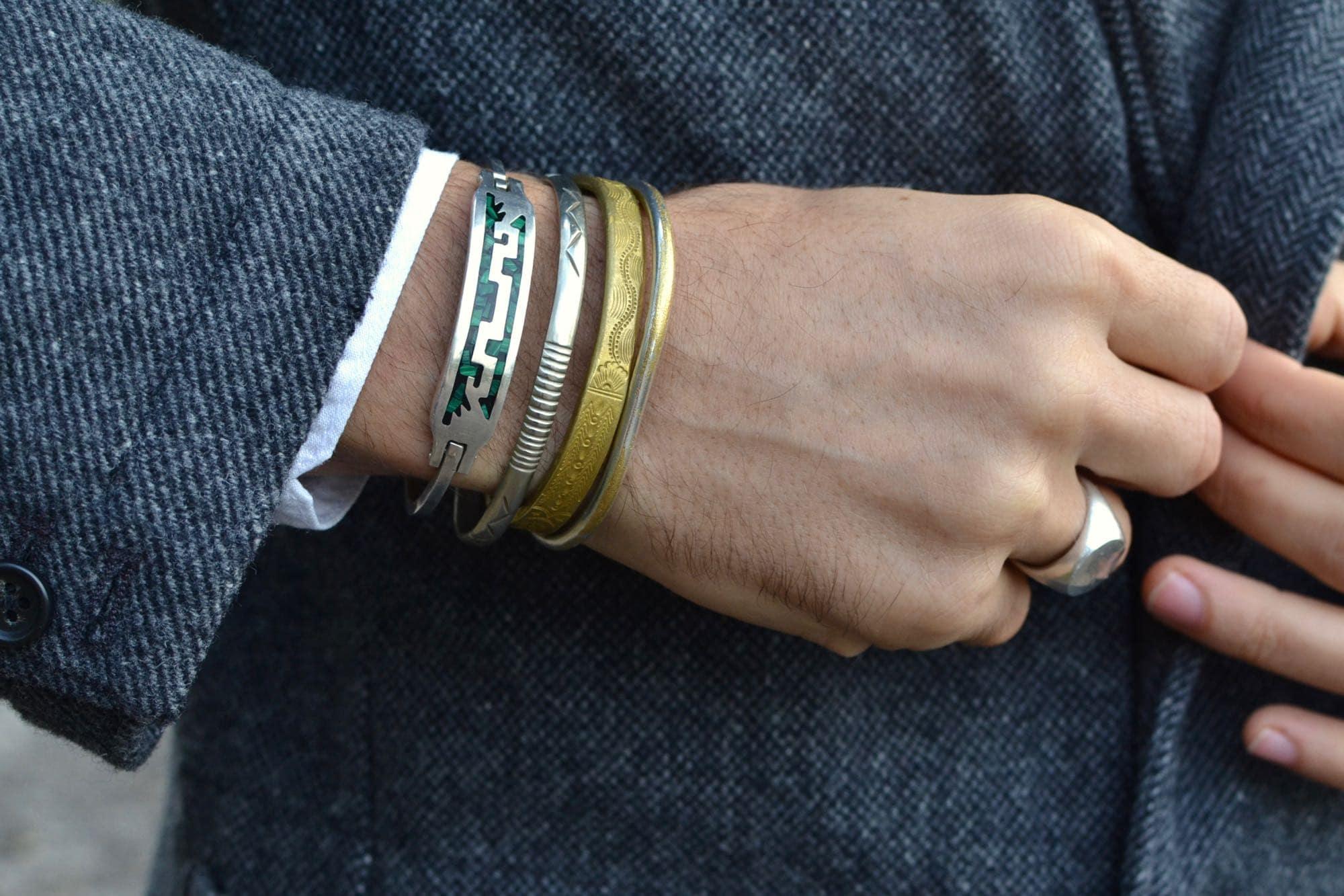 idée de bijoux pour homme avec des bracelets et joncs en argent vintage mexicain / amérindien et une chevalière gilbert gilbert