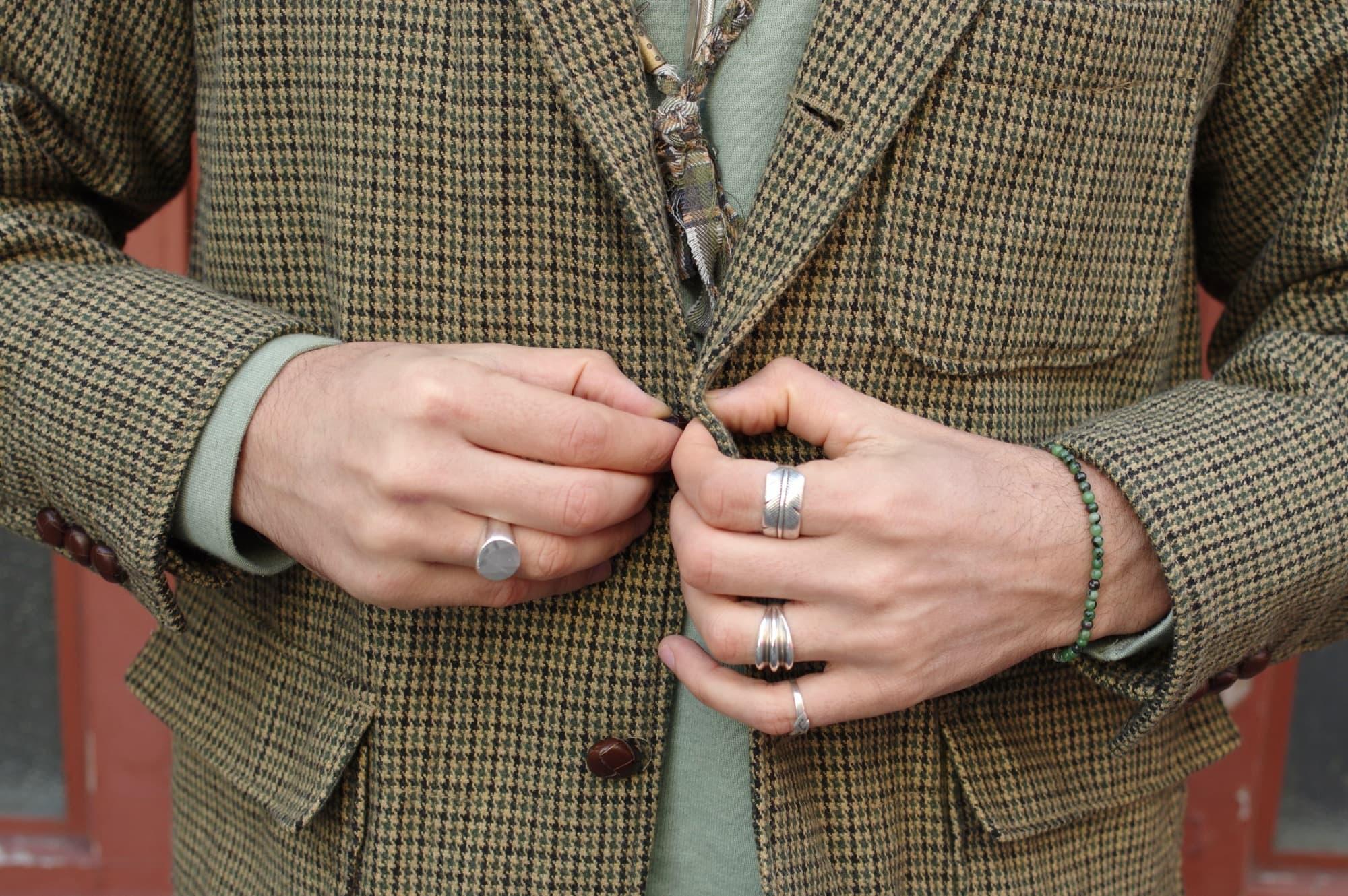 idée look homme accessoires masculin avec bague en argent vintage, collier recyclé borali et first arrow's plume bague en argent pur homme gilbert gilbert