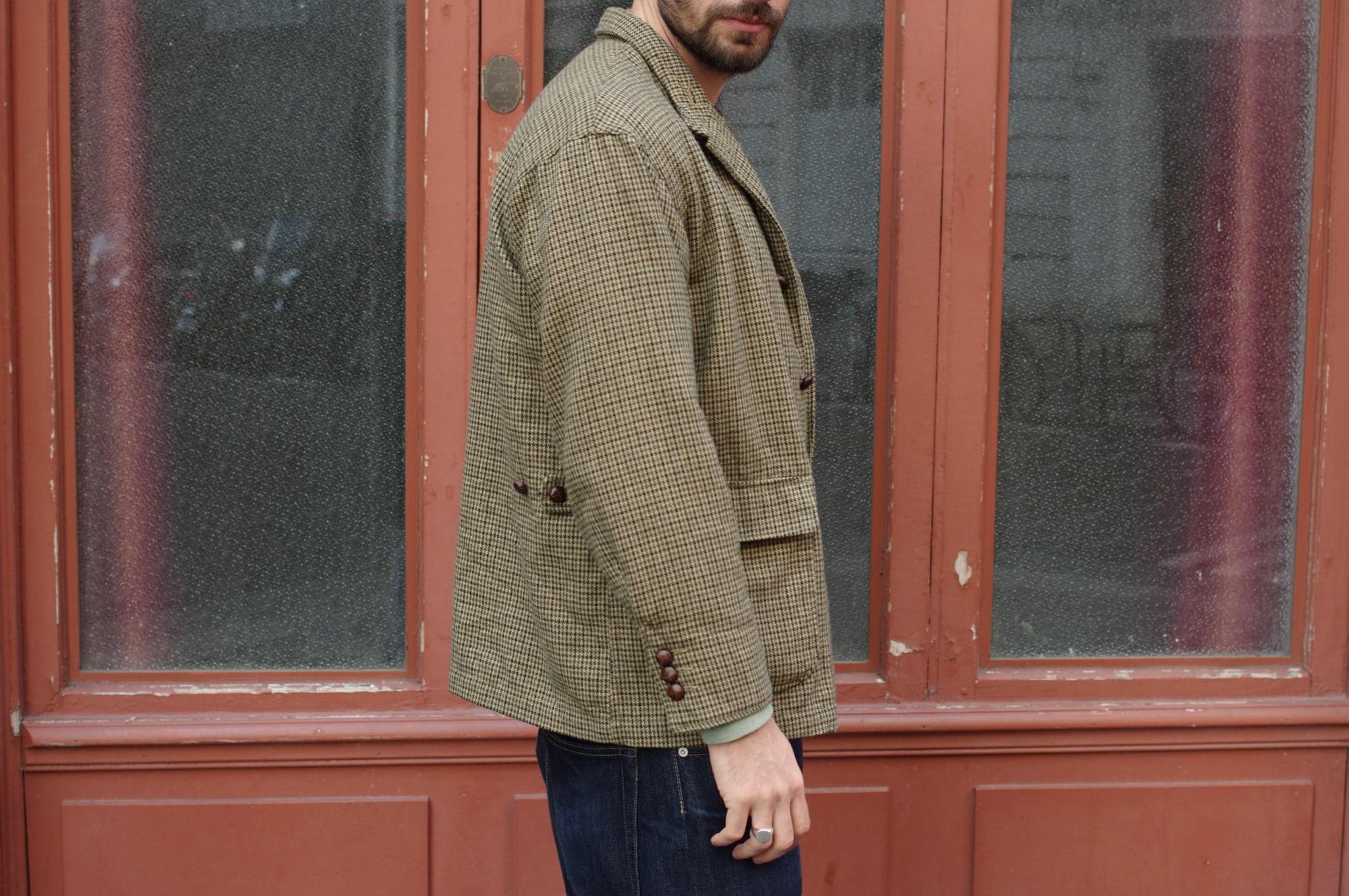 look homme avec un veste à motif pied de poule dans un mélange d'olive développé pour Engineered Garments loiter jacket