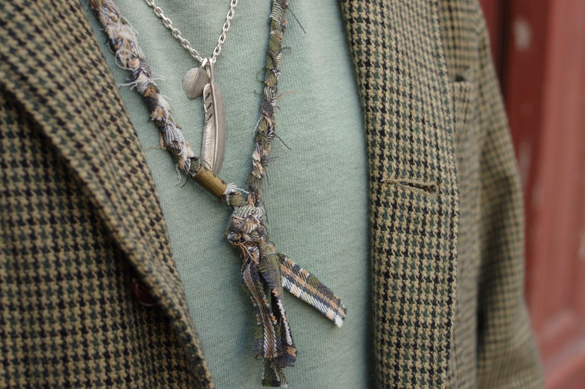 idée look homme accessoires masculin avec bague en argent vintage, collier recyclé borali et first arrow's plume