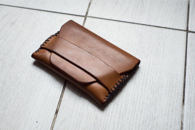 un porte-cartes en cuir fabriqué à l amaison et qui s'est patiné avec le temps