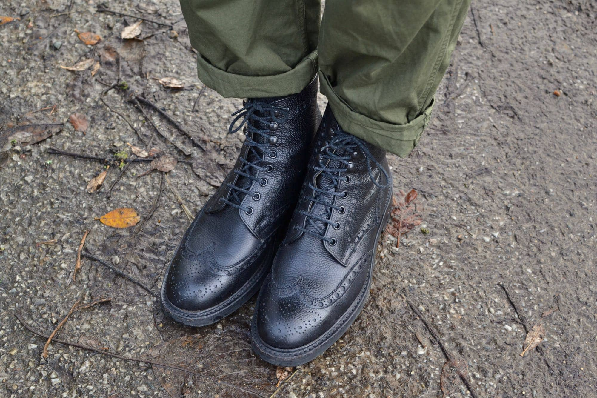 Cheany country boots black des brogies noires en cuir grainé pour homme dans un lookworkwear militaire