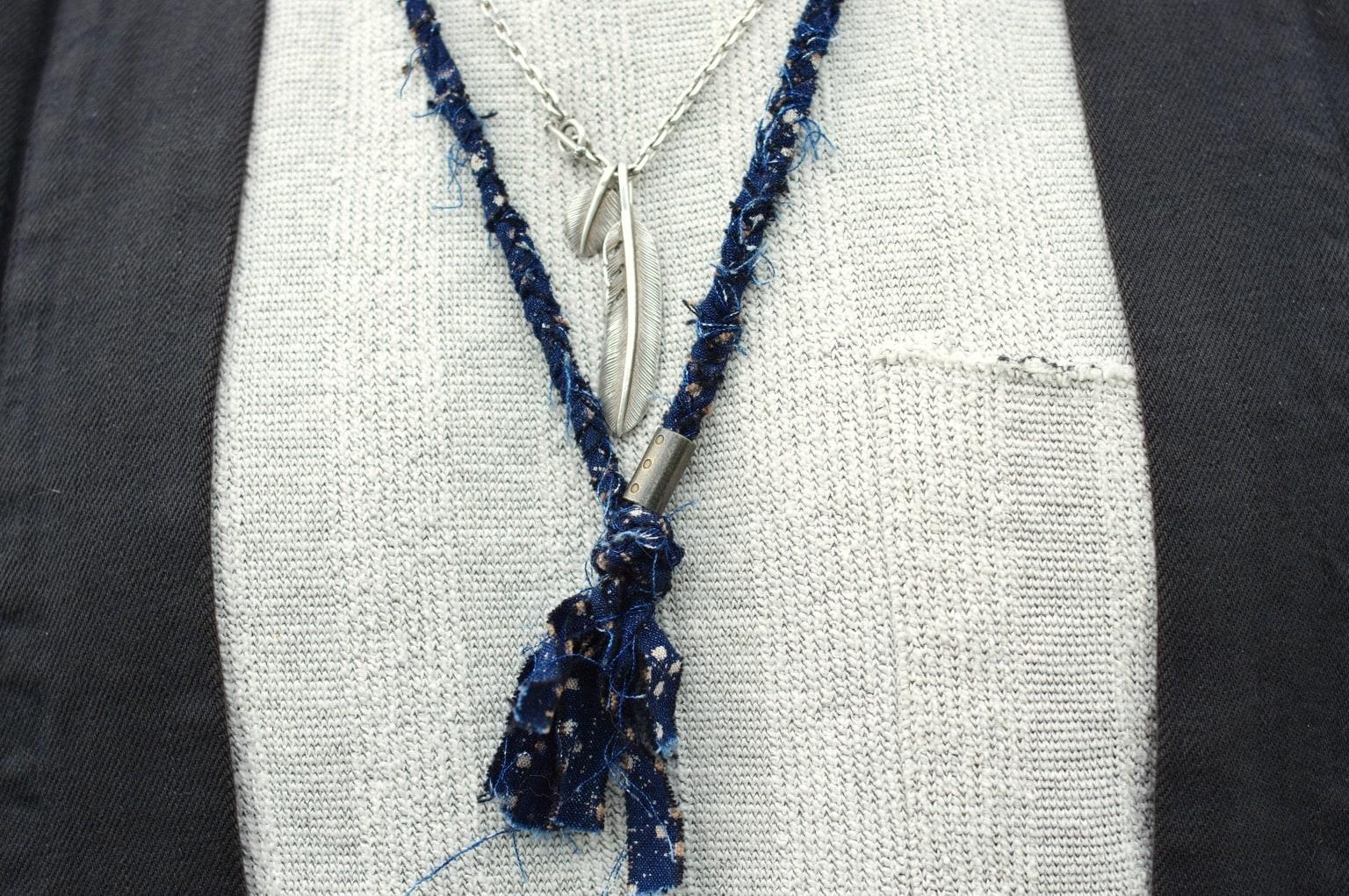 collier tressé en tissus recyclés teinté à l'indigo Borali et necklace First Arrows silver feather