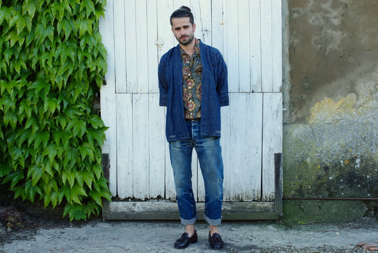 porter un kimono dans un style sprezzature homme avec des tassel loafers Alden