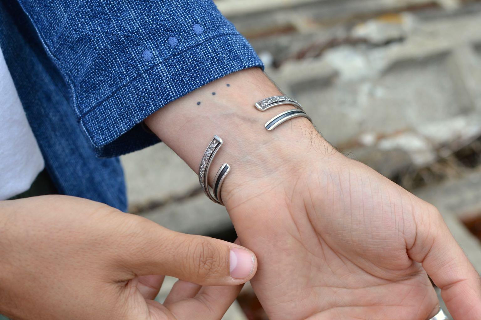 détail de la noragi Borali - poins brodés et bracelets en argent vintage pour homme