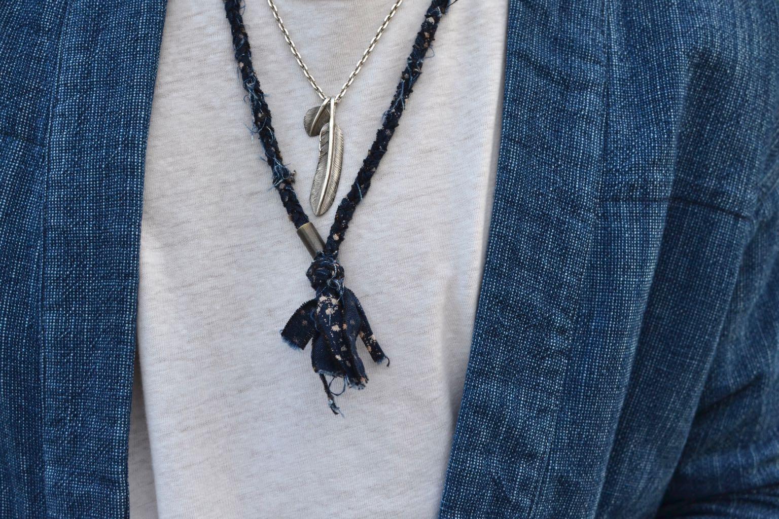comment porter des colliers et bijoux dans un style homme - collier en argent avec plume first arrows et tissus recyclés made in france Borali