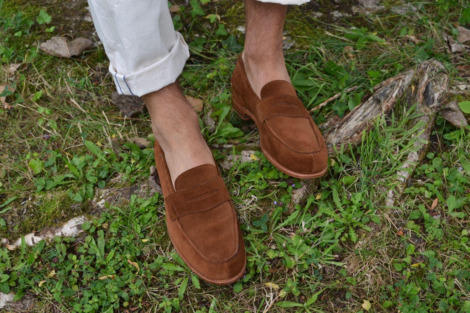 mocassins Tilsitt de la marque Malfroid portés avec un jean blanc - idée look