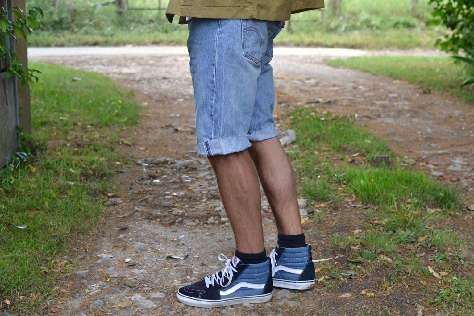 tenue style masculin streetwear avec short en jean et vans sk8