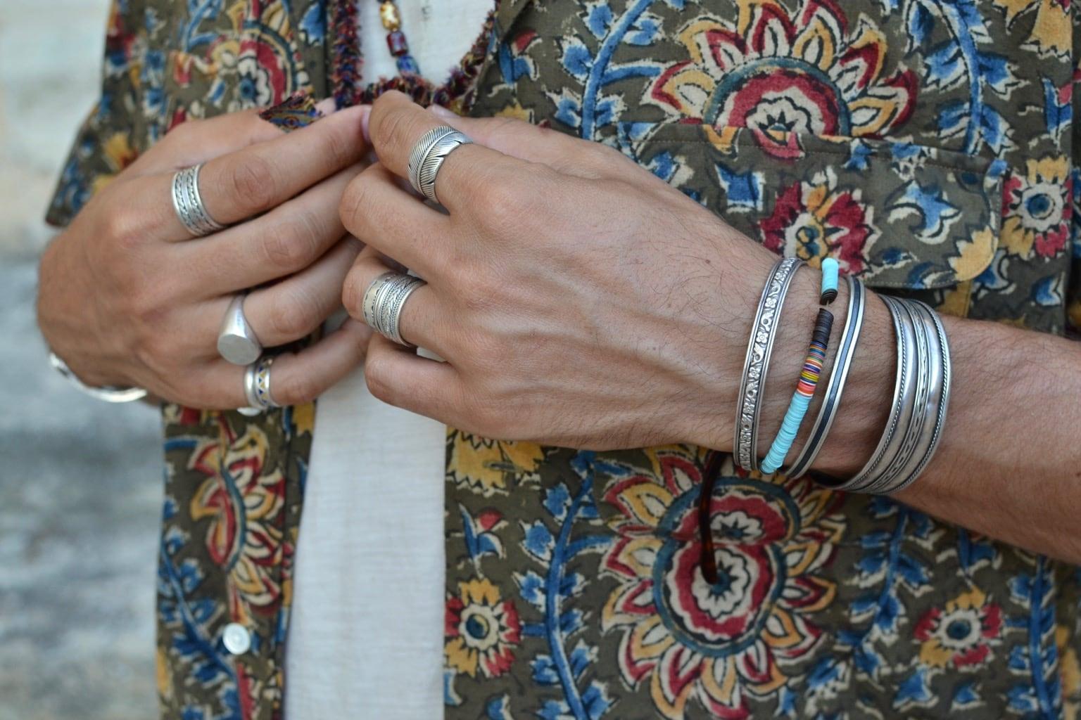 porter des bracelets en argent vintage améridien navajo eet bagues plume - idée look homme accessoire