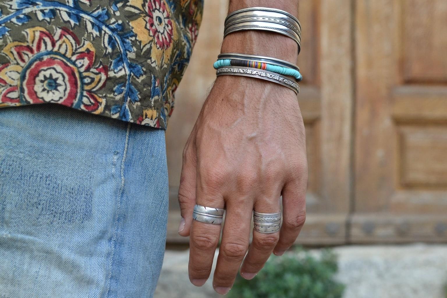comment porter bijou homme en argentbracelet et bague navajo touareg et bracelet jinji en plastique