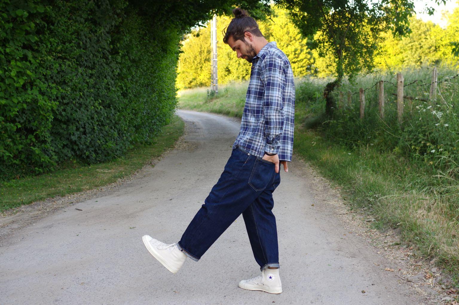 idée de tenue workwear en été avec du jeans large et une chemise col requin Kestin tain