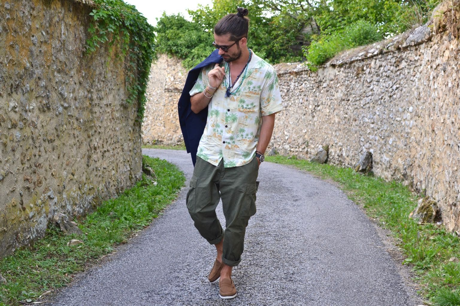 idée de tenue pour homme l'été, porter une chemisette à fleur ou imprimé d'été