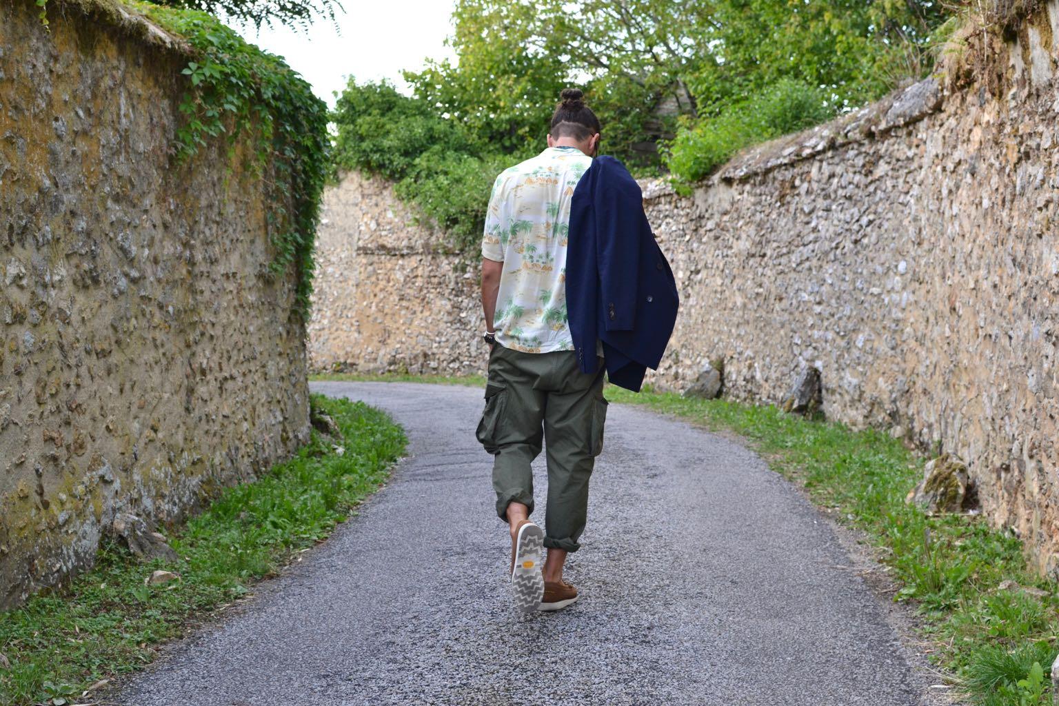 chemisette à fleurs et pantalon cargo, comment le spoter dans un style homme workwear
