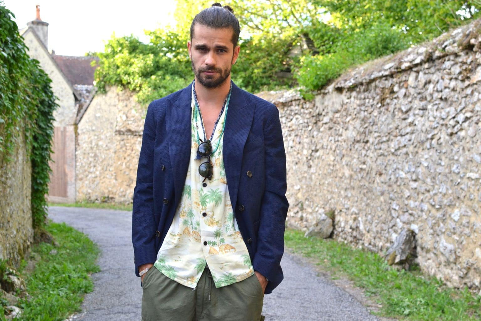 comment porter une chemise à col requin et motif type hawaiienne et un clazer croisé style homme été